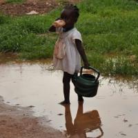 Dziewczynka-sierota. Nikt nie ostrzeże jej, że picie brudnej wody jest bardzo niebezpieczne dla zdrowia